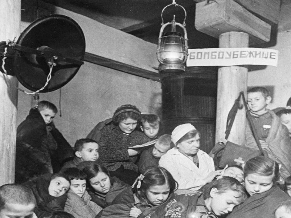 Дети в бомбоубежище