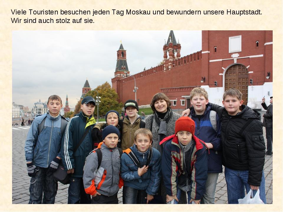 Viele Touristen besuchen jeden Tag Moskau und bewundern unsere Hauptstadt. Wi...