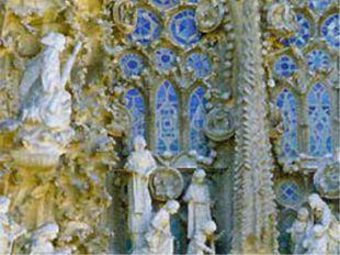 В чём необычность этих многочисленных скульптур. На фасаде какого здания они