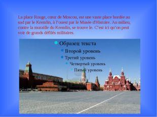 La place Rouge, cœur de Moscou, est une vaste place bordée au sud par le Krem