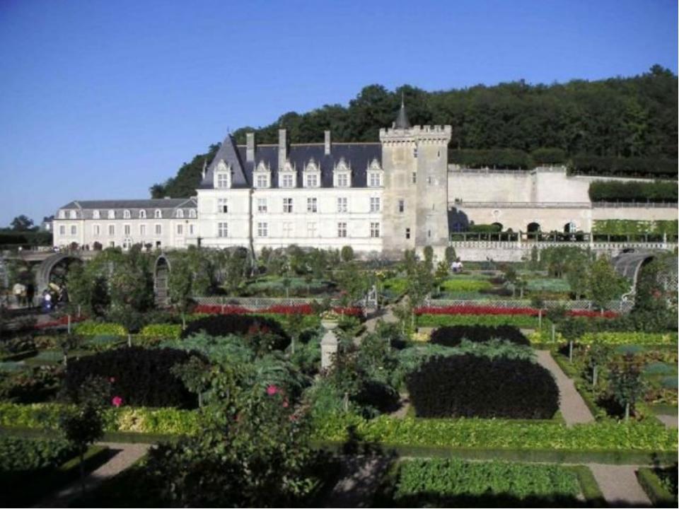 Франция , как и многие европейские страны славилась многочисленными построенн...
