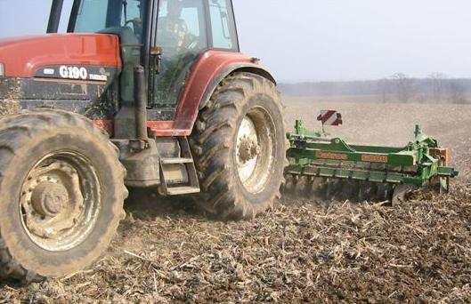 Весной в поле выходит трактор. Он пашет землю.