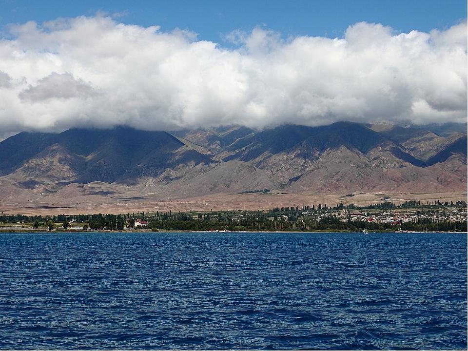 Высокогорное озеро Иссык-Куль в переводе с киргизского «горячее озеро», так к...