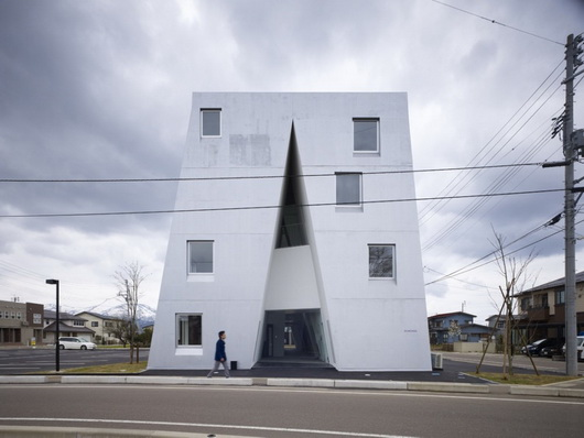 Дом в виде буквы А, многоквартирный дом