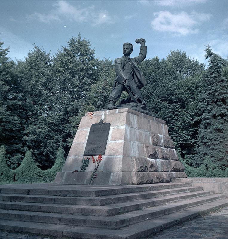 http://pionery-geroi.ucoz.ru/MaratKazey/pamjatnik_maratu_kazeju.jpg