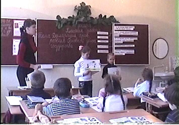 Дети возле доски с картинками