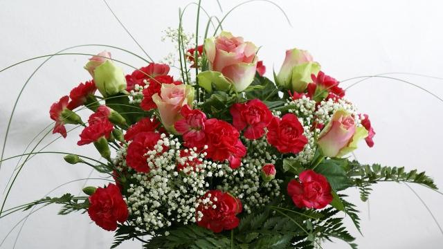 Обои розы, гвоздики, цветы, букет, зелень, оформление