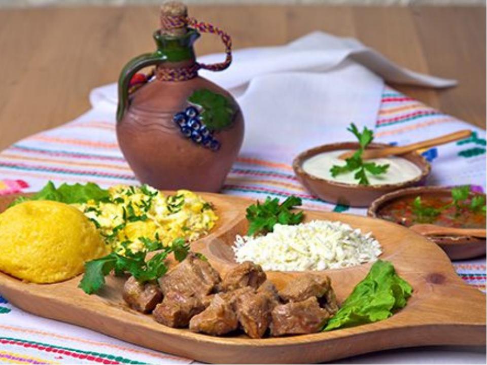 Национальные блюда У молдаван преобладают блюда из кукурузной муки– мамалыга,...