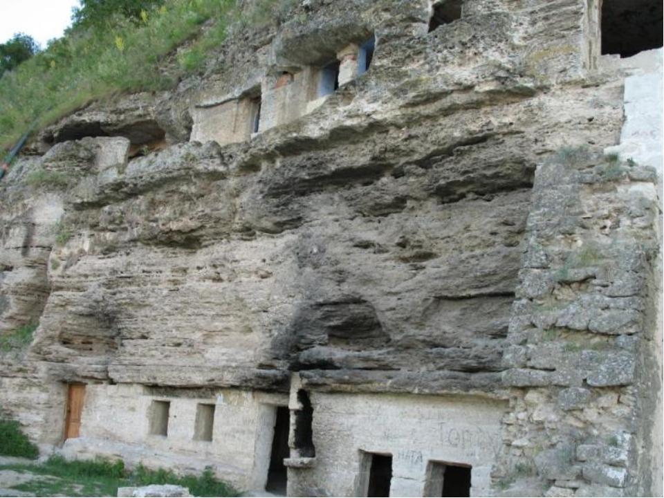 Полезные ископаемые Молдова бедна полезными ископаемыми. Здесь добывают извес...