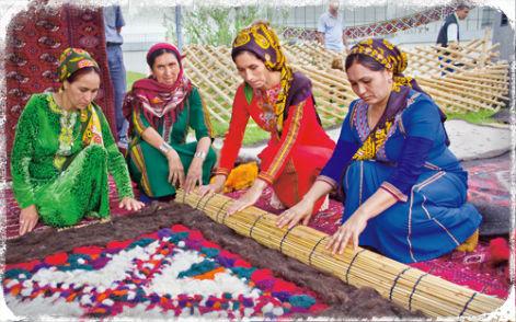 Туркмены валяют ковер кошма