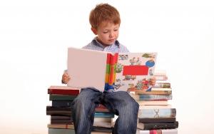 Просмотреть обои мальчик, книги, белый фон, ребёнок