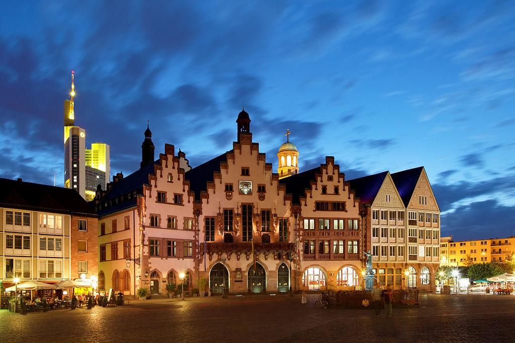 https://upload.wikimedia.org/wikipedia/commons/thumb/9/92/R%C3%B6merberg_Frankfurt_abends.jpg/1024px-R%C3%B6merberg_Frankfurt_abends.jpg
