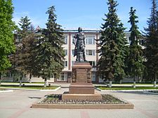 https://upload.wikimedia.org/wikipedia/commons/thumb/5/5a/Monument_of_Peter_I_in_Tula.JPG/225px-Monument_of_Peter_I_in_Tula.JPG