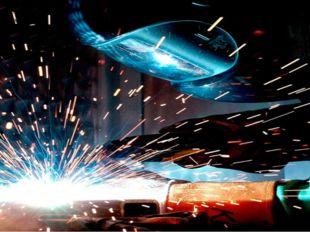 Сварщик швом металл скрепляет, Режет, форму изменяет. Электрической дугой Сва
