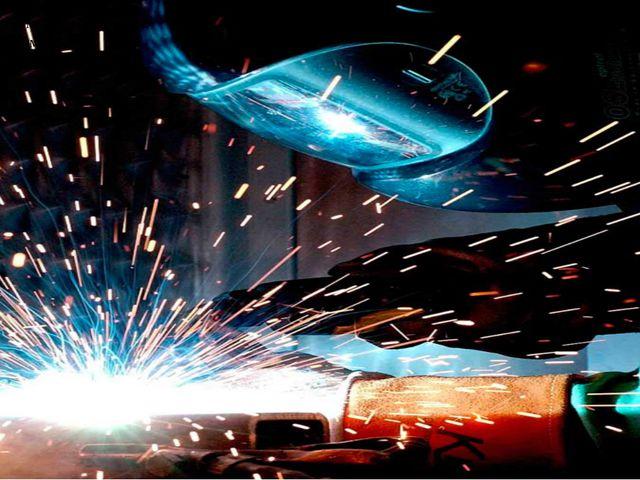 Сварщик швом металл скрепляет, Режет, форму изменяет. Электрической дугой Сва...