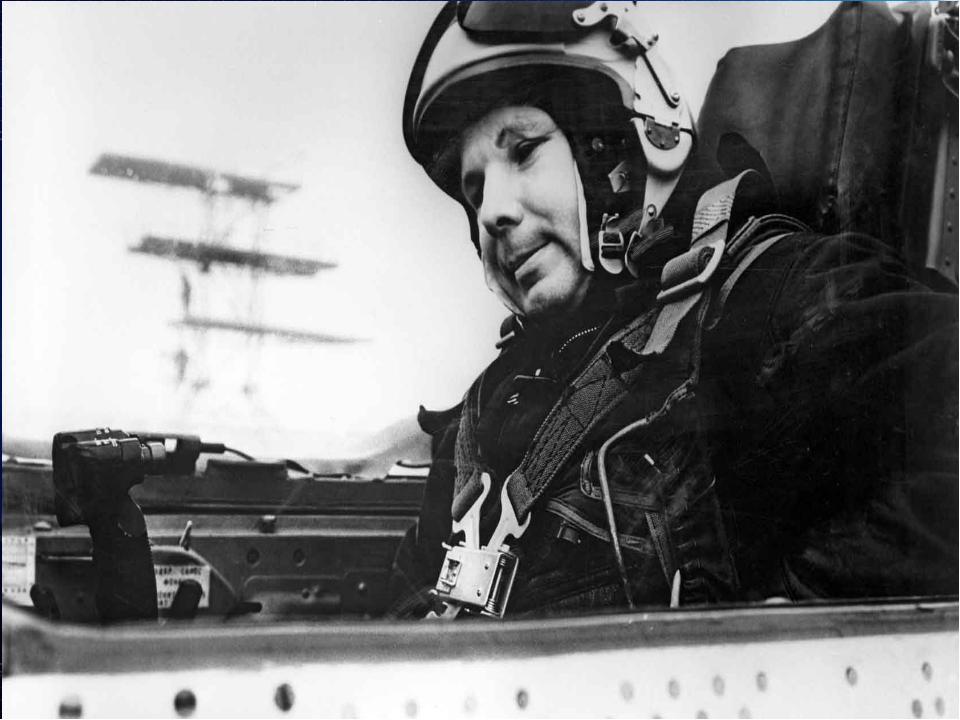 Первый после перерыва самостоятельный вылет на МиГ-17 Гагарин совершил в нача...