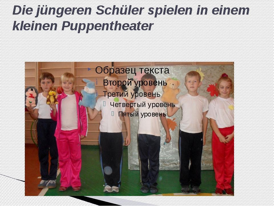 Die jüngeren Schüler spielen in einem kleinen Puppentheater