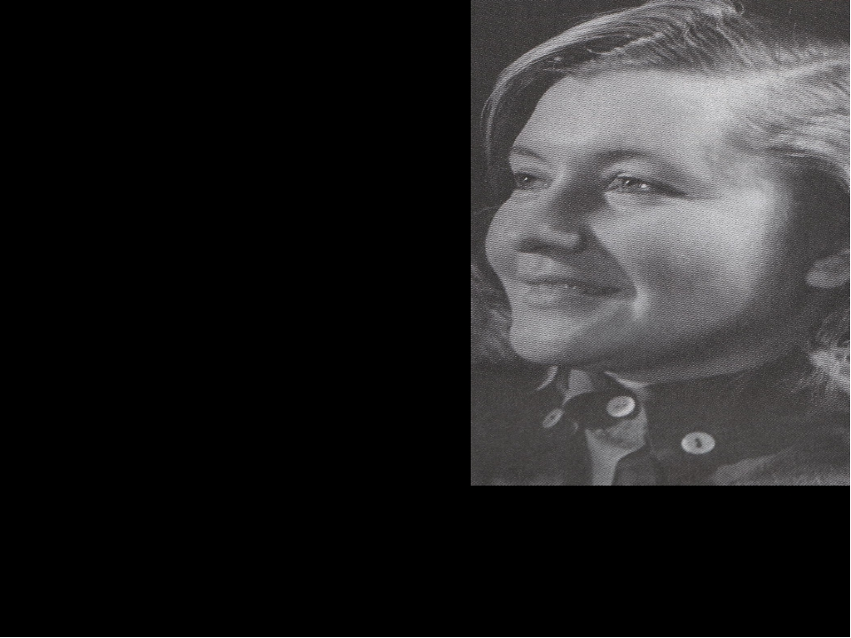 Юлия Друнина Семнадцатилетней выпускницей одной из московских школ в 1941 год...