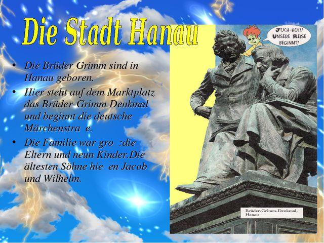 Die Brüder Grimm sind in Hanau geboren. Hier steht auf dem Marktplatz das Brü...