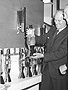 Первая лава лампа в руках ее создателя Эдварда Крэйвена Уолкера