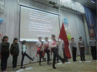 -Под вынос знамени стоять смирно! -Вынести знамя Союза Советских Социалистиче