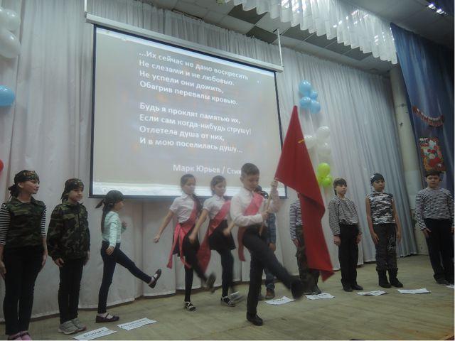-Под вынос знамени стоять смирно! -Вынести знамя Союза Советских Социалистиче...