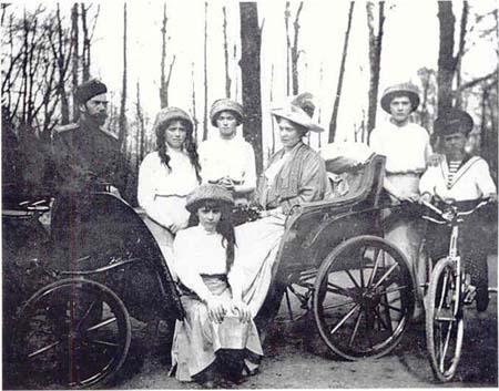 07 император Николай II с семьей. На прогулке в Александровском парке. 1913. г.