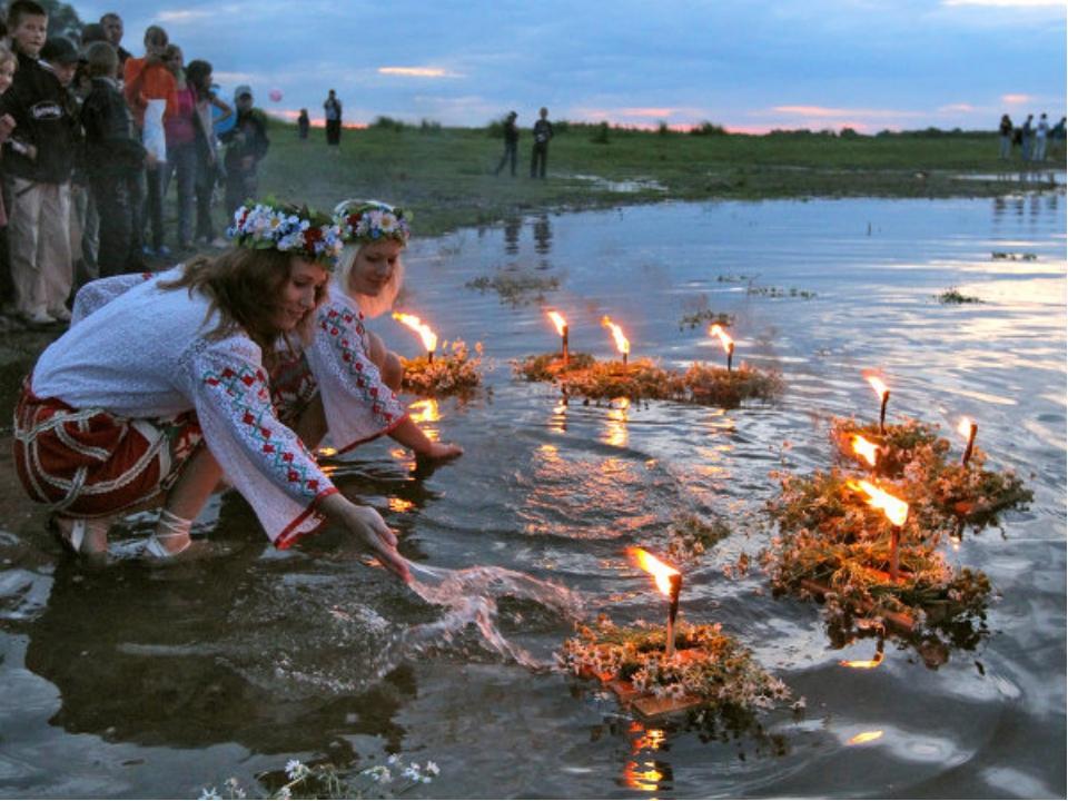 В день Ивана Купалы девушки завивали венки из трав, а вечером пускали их в во...