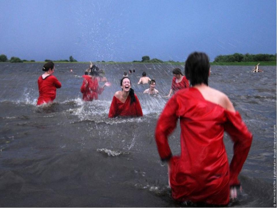 На Иванов день принято было обливать грязной водой всякого встречного. Счита...
