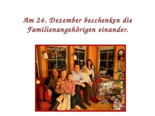 Am 24. Dezember beschenken die Familienangehörigen einander.