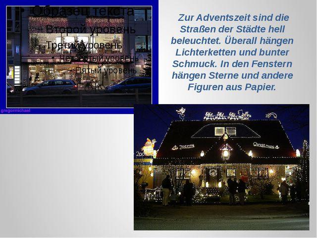 Zur Adventszeit sind die Straßen der Städte hell beleuchtet. Überall hängen...
