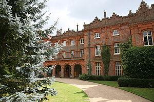 http://www.esacademic.com/pictures/eswiki/51/300px-Hughenden_Manor_20080726-1.jpg