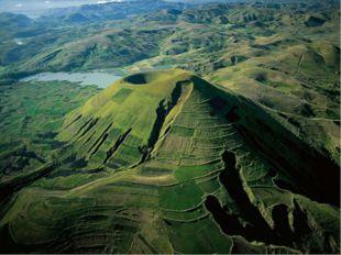 Природные ресурсы Через всю восточную часть острова с севера на юг протянулос
