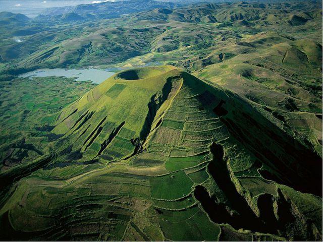 Природные ресурсы Через всю восточную часть острова с севера на юг протянулос...