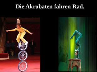 Die Akrobaten fahren Rad.