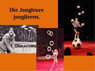 Die Jongleure jonglieren.