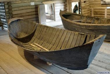 <b>Лодка-ледянка</b> была одним из самых универсальных плавсредств, созданных поморами для хождения по рекам, озерам и особенно арктическим морям, а также ведения промыслов в суровых зимних условиях и льдах. Ледянка выполняла несколько различных функций: она использовалась как средство плавания, при необходимости ее можно было вытаскивать на сушу, лед и волочь как сухопутное транспортное средство, в ней перевозились все необходимые для ведения промысла приспособления и все, что нужно для жизнедеятельности человека: дрова, продукты, одежду.