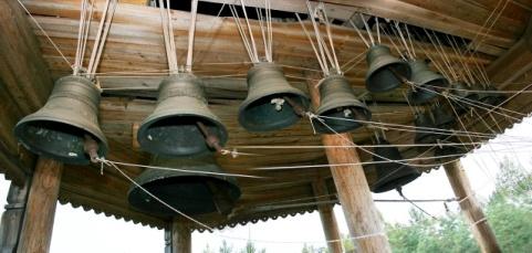 <b>Колокольня из села Кушерека Онежского района</b> действующая. На звоннице подвешены 15 колоколов больших и малых размеров. Самый большой из них весит 500 кг. Все праздники в музее начинаются под веселый колокольный звон. А звонари, как и в стародавние времена, обучаются по тем же принципам, что и раньше. Например, на Пасху на Руси всю звонильную неделю любой желающий мог забраться на колокольню и звонить, сколько душе угодно. А звонарь примечал, кто самый слуховитый, кто самый талантливый, и обучал его дедовским способом: