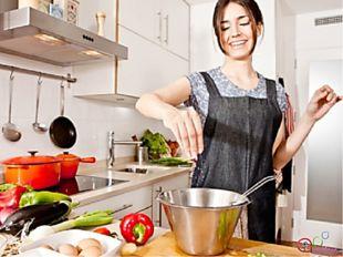 Работа на кухне связана с приготовлением пищи. При нарушении правил хранения