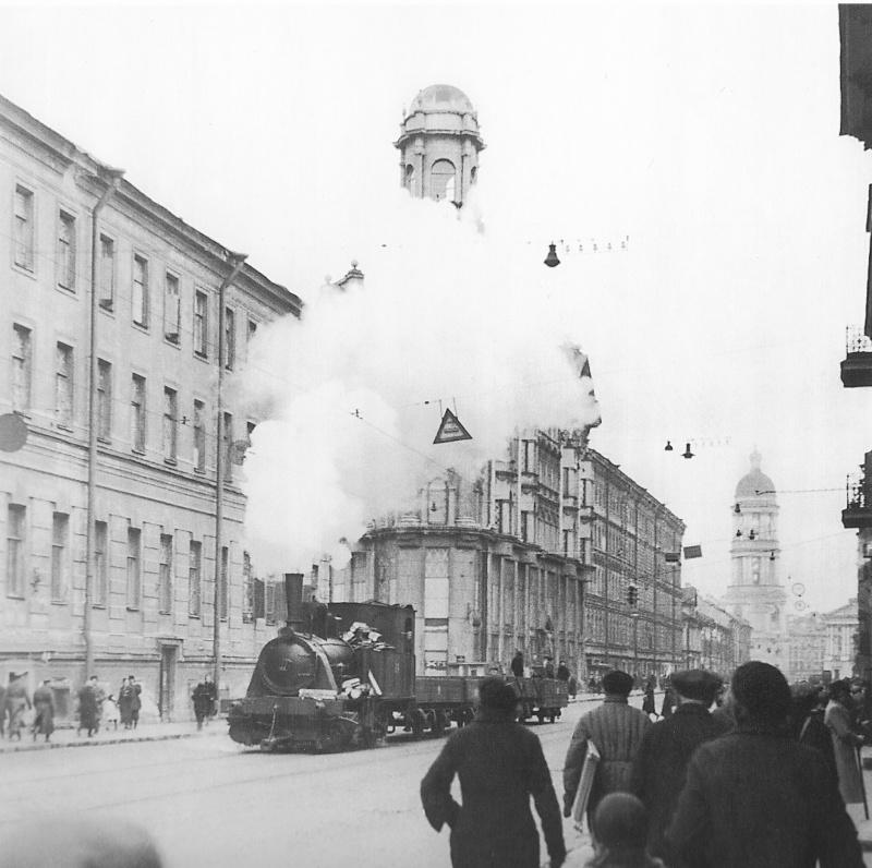 Паровоз, передвигающийся по трамвайным рельсам, на Загородном проспекте в блокадном Ленинграде