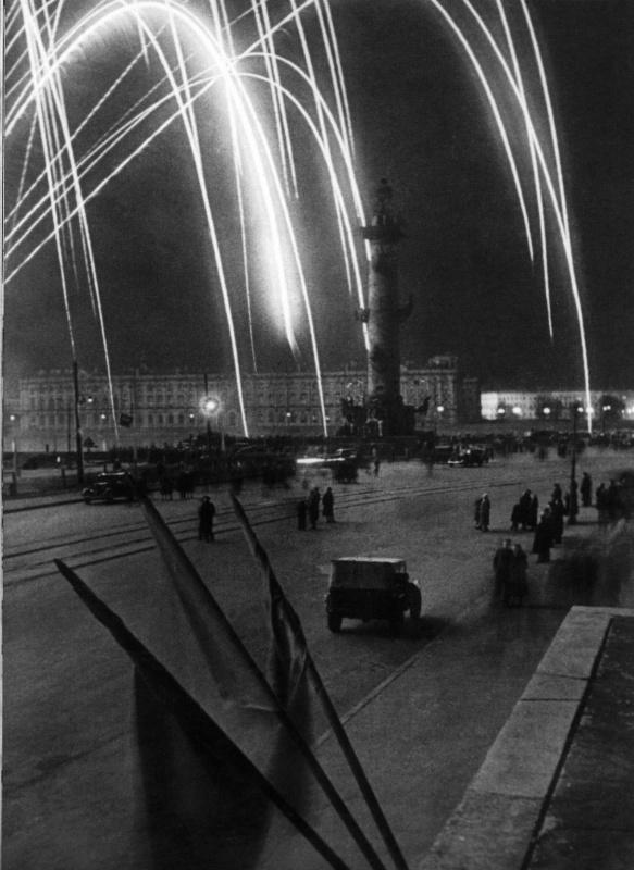 На Стрелке Васильевского острова в Ленинграде во время салюта в честь Победы