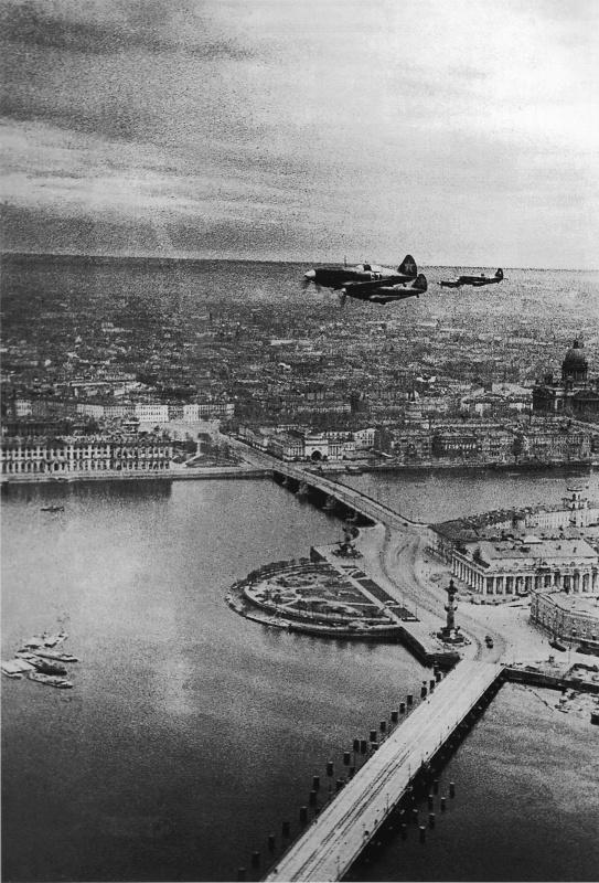 Советские истребители МиГ-3 над Стрелкой Васильевского острова в Ленинграде