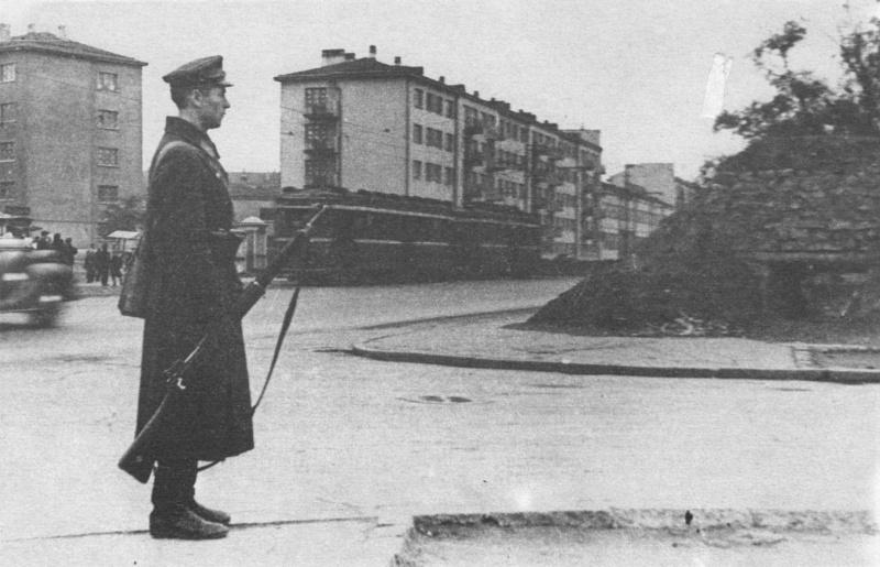 Ленинградский милиционер у ДЗОТа на Выборгской стороне