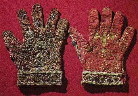 перчатки императора Фридерика II, рубины, сапфиры, бисер, вышивка золотом, 1220 год, Сицилия