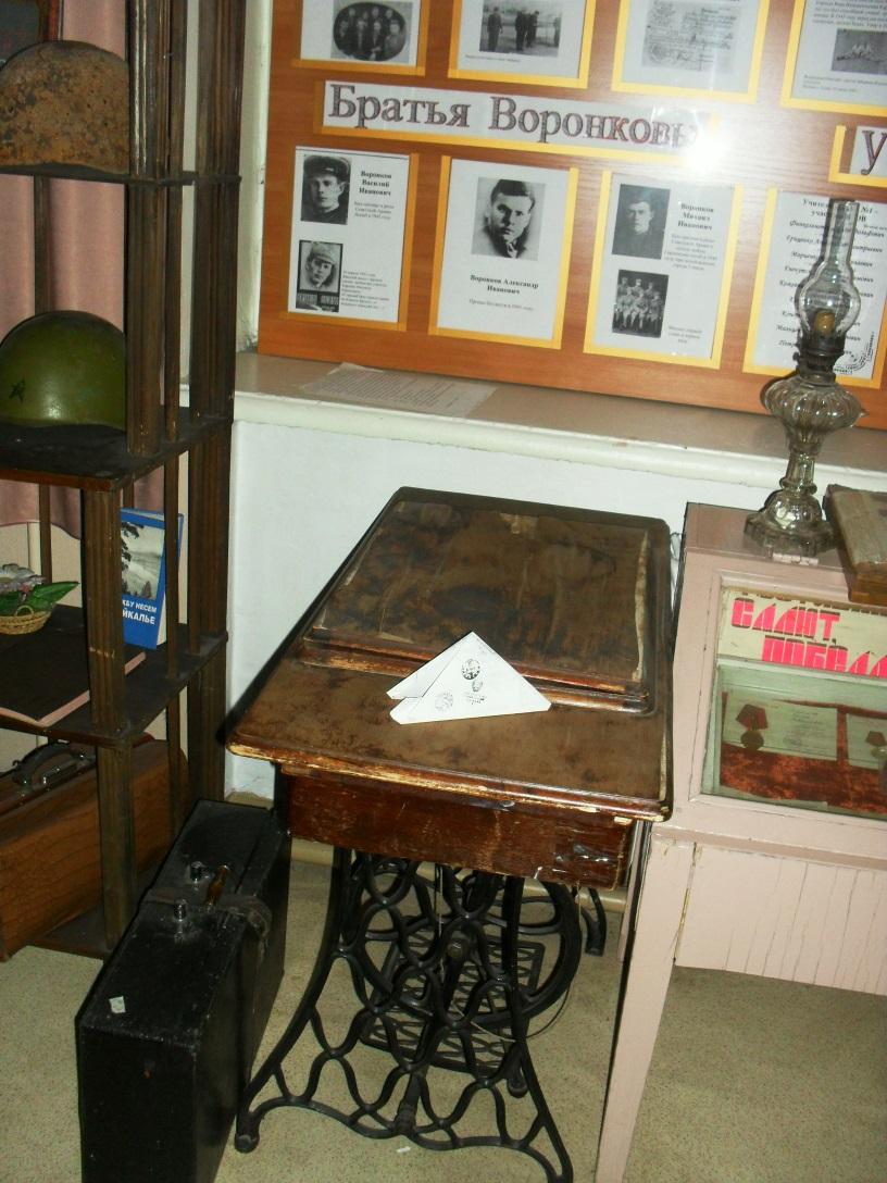 C:\Users\Ангел\Desktop\Мама\Экскурсии в музее\Швейная машинка, принадлежащая семье выпускника школы, погибшего в ВОВ.JPG