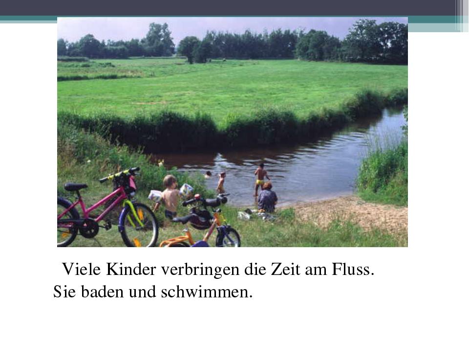 Viele Kinder verbringen die Zeit am Fluss. Sie baden und schwimmen.