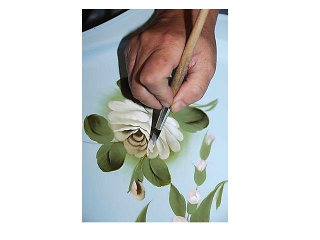 Как и в любой росписи, художник сразу наносит рисунок.