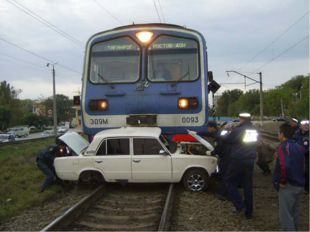 Несмотря на закрытый шлагбаум, железнодорожный переезд переехал гражданин Н.