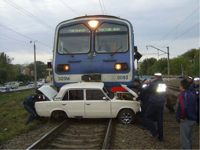 Несмотря на закрытый шлагбаум, железнодорожный переезд переехал гражданин Н....