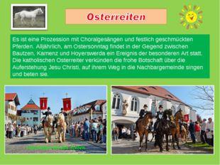Es ist eine Prozession mit Choralgesängen und festlich geschmückten Pferden.